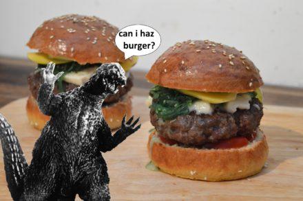 Gorgonzilla Godzilla Burger mit Wakame, Wasabi-Mayo, Gorgonzola und karamellisierter Mango.