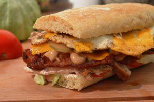Club Sandwich mit frisch gebackenem Baguette