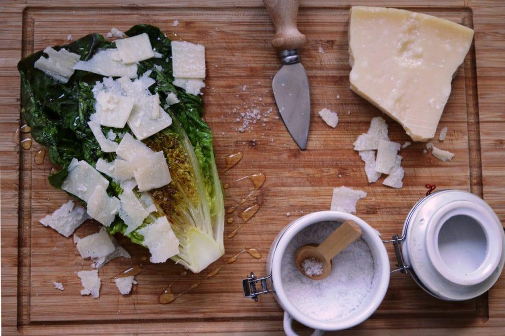 Gegrillter Salat - Romana Salat vom Grill mit Salz, Honig und Parmesan