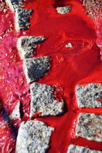 Beim Abspritzen des Bodens fließt das Blut ab.