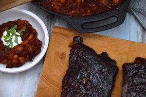 Baked Beans aus der Pfanne als Beilage zu Spare Ribs
