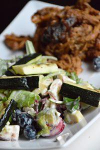 Salat mit gegrillter Zucchini, Heidelbeeren, Feta und Ranch Dressing