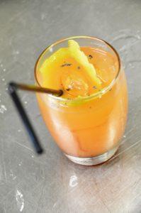 """""""The Opium"""", ein fruchtiger Cocktail aus Grapefruit, Limone, Bourbon, Tamarinden Sirup, Blaumohn und Mohntinktur"""