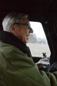 """Dan Morgan bei einer Kontrollfahrt auf der Ranch - Natürlich mit """"Nebraska Ice Tea"""" (= Whisky)."""