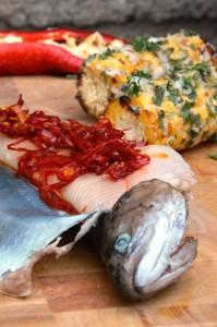 Heißgeräucherte Forelle aus dem Räucherofen mit gegrilltem Maiskolben und gegrillter Spitzpaprika.