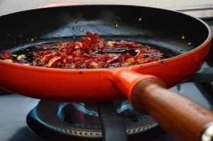Sautierte Chilis als Topping für die heißgeräucherte Forelle.