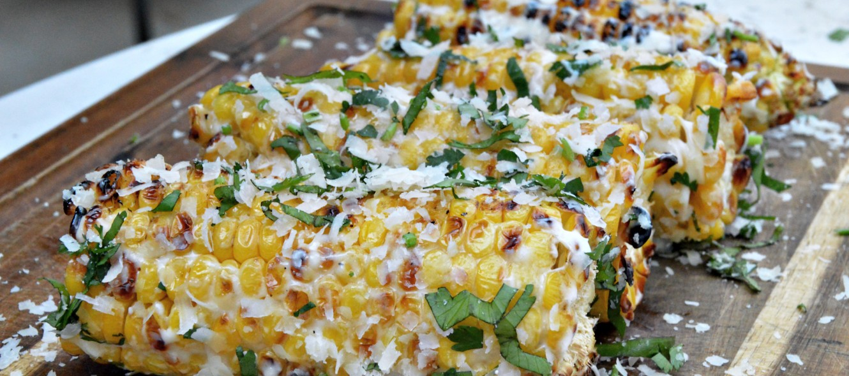 Mexikanische Elote - Rezept für gegrillte Maiskolben mit Parmesan und Koriander