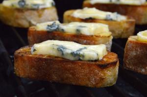Rezept für Crostini mit Blauschimmelkäse, karamellisierten Walnüssen, Traube und Koriander