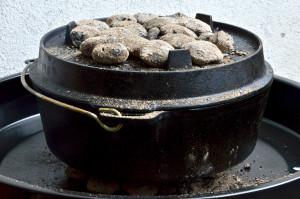 Sauerteigbrot aus dem Dutch Oven: Das Brot wird mit Kohlen gebacken