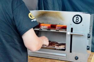 Beefer XL mit zwei Brennern: Großer Oberhitzegrill für mehrere Steaks.
