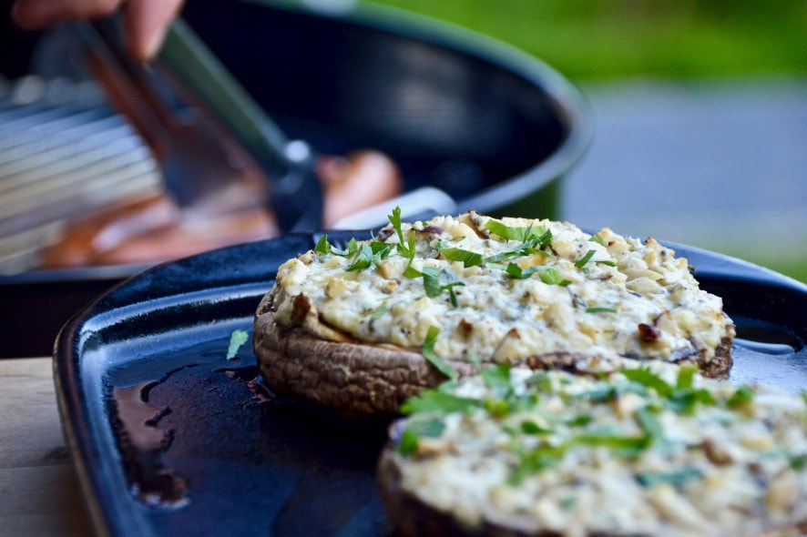 Mit Blauschimmelkäse und Kräuterseitling gefüllte Portobello-Pilze von der Plancha - Grillrezept