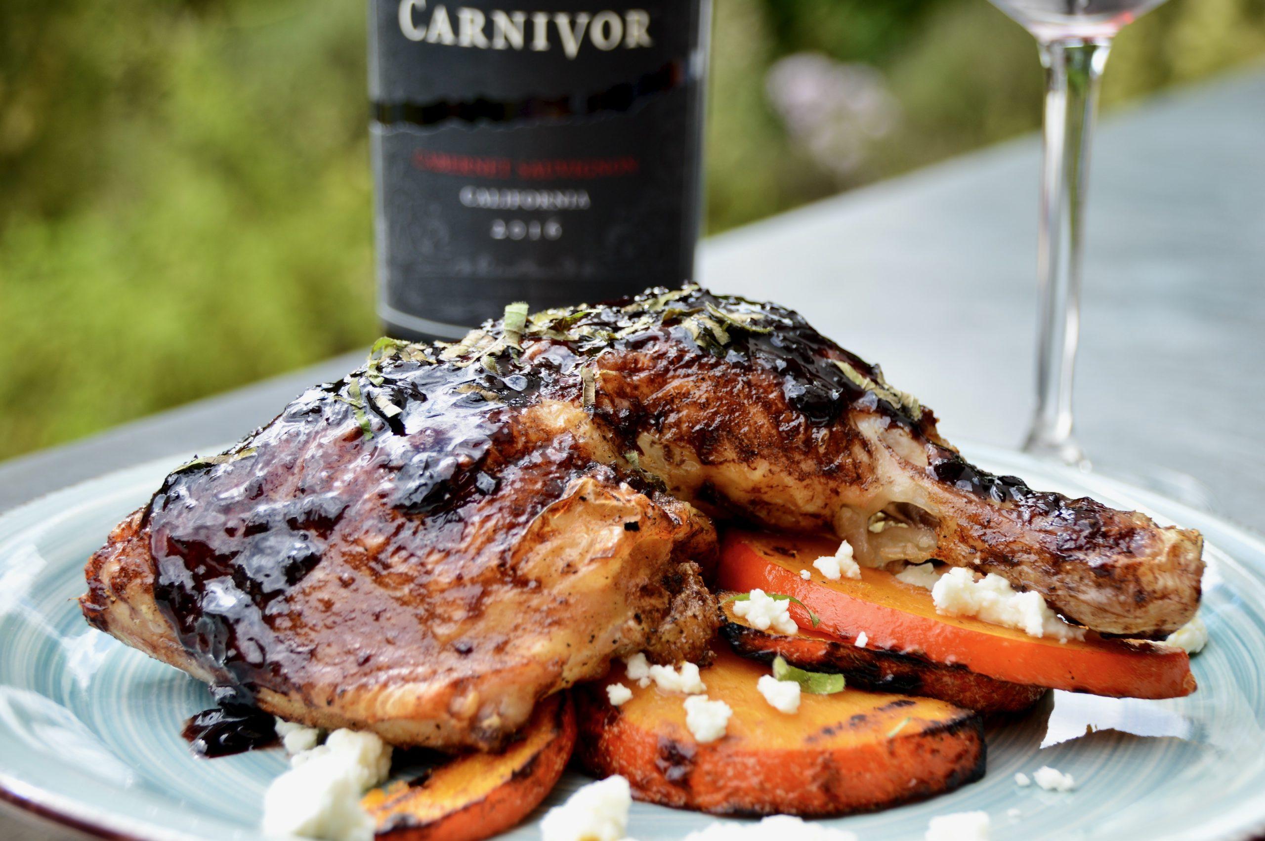 Gegrillte Hähnchenschenkel mit Carnivor-Rotwein-Sauce auf gegrilltem Kürbis