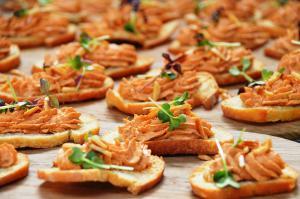 Crostini mit Tabasco-Frischkäse